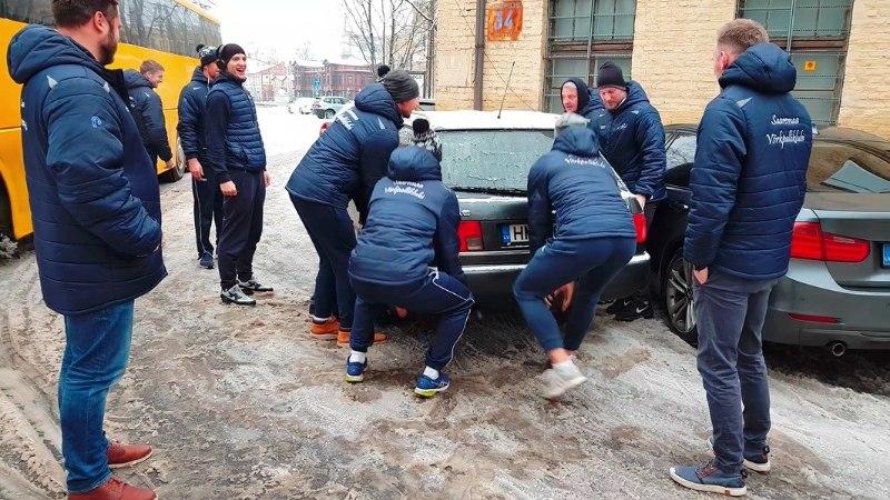VIDEO | Korvpallurite eeskujul: Saaremaa võrkpallurid tõstsid ette jäänud lätlase auto toore jõuga teelt!