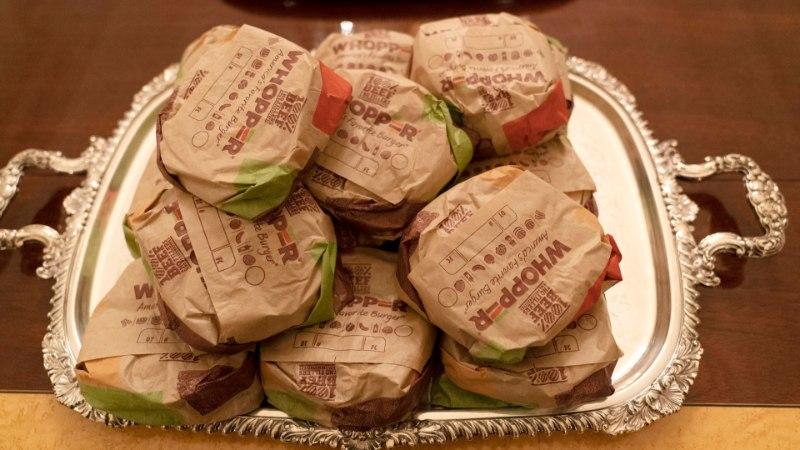 VIDEO | Müstika! Donald Trump ostis noorsportlastele 300 burgerit ja veel terve hulga odavat rämpstoitu