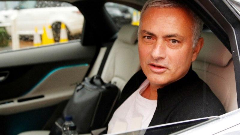 Mourinho väidab, et bussi parkimine on müüt