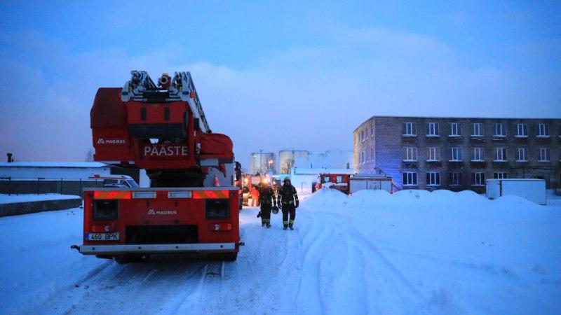 FOTOD SÜNDMUSKOHALT | Maardus põles tehasehoone, piirkond mattus paksu suitsu sisse