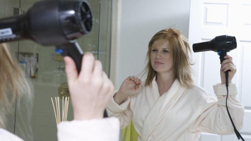 Neli föönitamisviga, mis keeravad juuksed tuksi