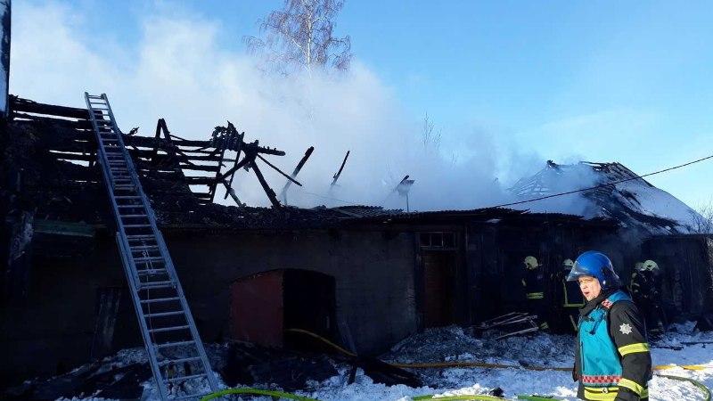 FOTOD | Peipsiääres põles maatasa elumaja, mis süttis hooldamata korstnast