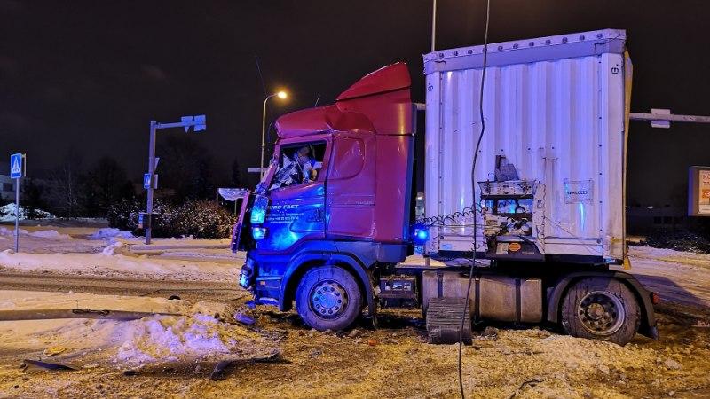 FOTOD   Suri üks Lasnamäel veoauto ja liinibussi kokkupõrkes viga saanud reisija