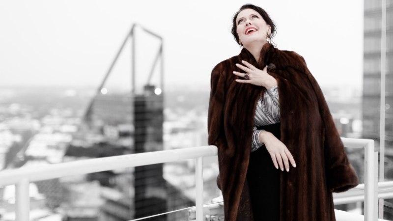 VIDEOINTERVJUU | Diiva Merle Palmiste: enne esietendust jooksen ringi dressides, silmis hullunud pilk ja näos pole grammigi värvi