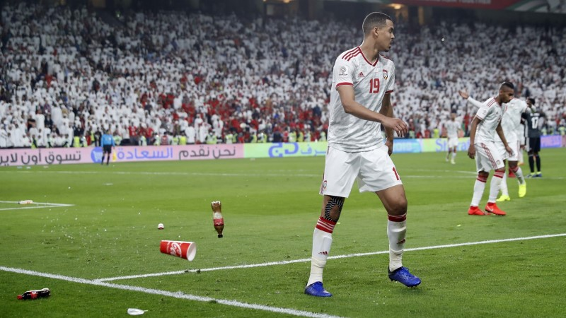 Katari jalgpallikoondist loobiti pudelite ja sandaalidega, mis tähendab Lähis-Idas suurima põlguse väljendamist