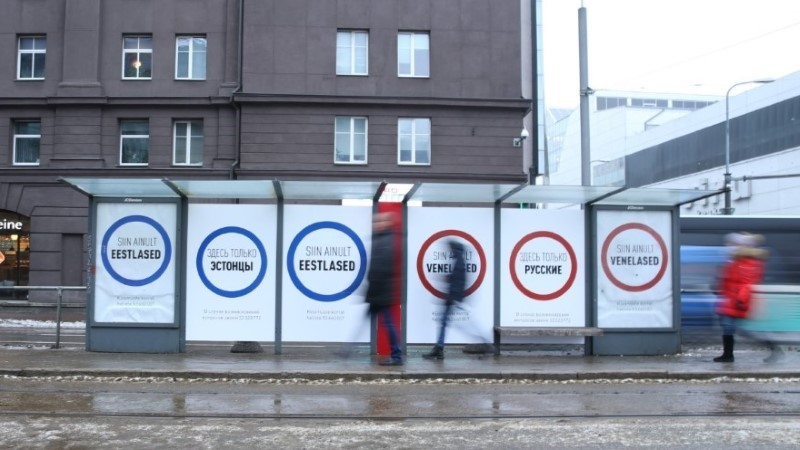 """Delfi: эстонцев и русских в разные концы остановки отправила """"Ээсти 200""""?"""