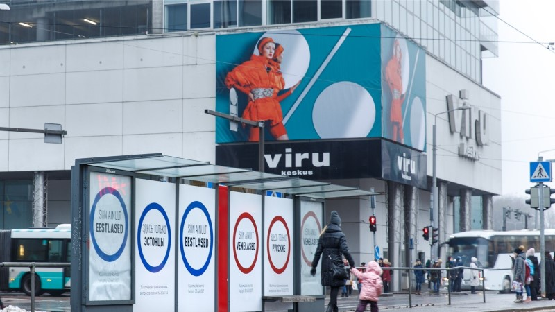 FOTOD   Tallinna kesklinna püstitati plakatid, mis kutsuvad eestlasi ja venelasi üksteisest eraldi seisma