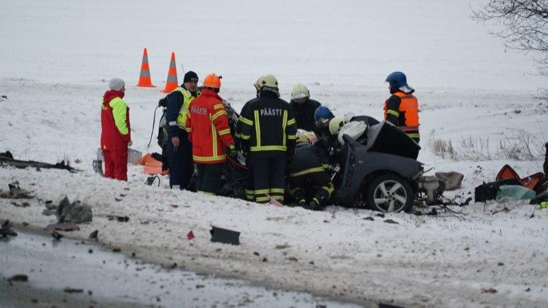 ФОТО: в Пыльтсамаа столкнулись три транспортных средства. Один человек погиб