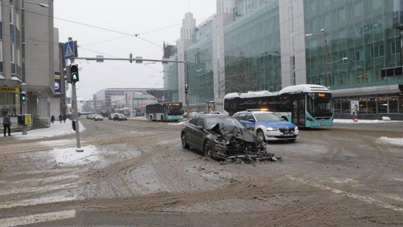 FOTOD | Tallinna südalinnas põrkasid kokku sõiduauto ja puksiirauto