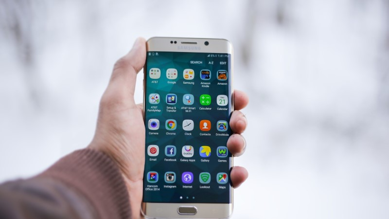 Владельцы смартфонов Samsung не могут удалить Фейсбук