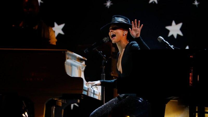 TASE! Alicia Keys mängis Grammydel kaht klaverit korraga