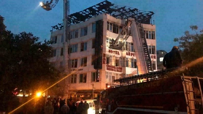 17 человек погибли при пожаре в отеле в Дели