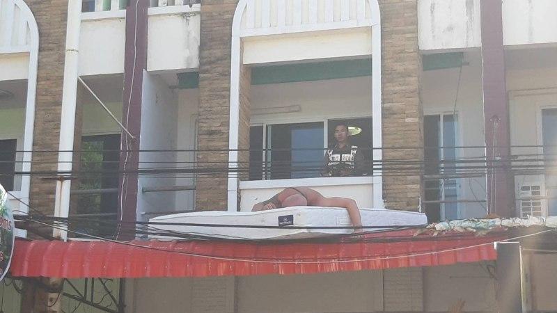 """FOTOUUDIS   Nagu """"Pohmaka"""" filmis! Phuketis rajult pidutsenud eestlased jäid hotelli varikatusele magama"""