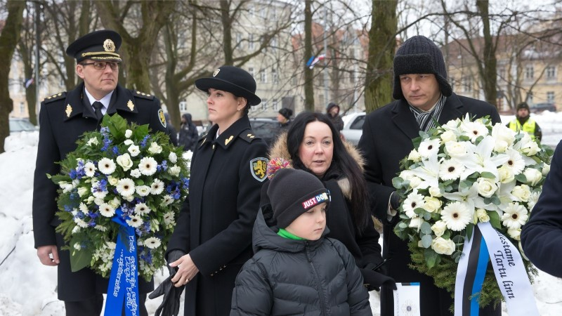 GALERII | Tartu Kalevipoja ausammas sai selga sinimustvalge pidurüü
