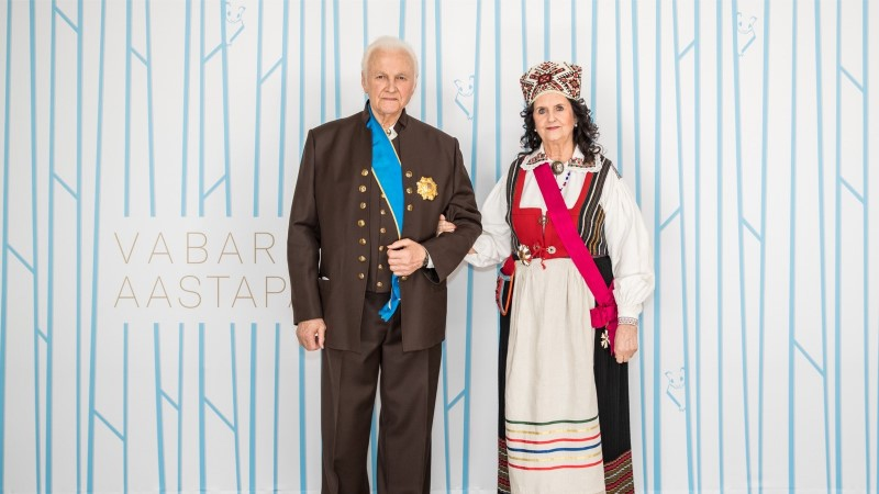 Ingrid Rüütel kandis presidendiballil abikaasalt saadud rahvariideid: ma ei mäletagi, kas ta kinkis need kuldpulmadeks või veel varem