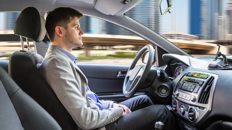LIIKLUSVAHENDITE TULEVIK?! Auto peatus keset ummikut ja lukustas sõitjad tarkvarauuenduse ajaks kabiini