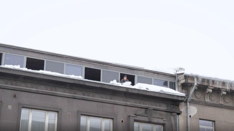 ÕL VIDEO   Nii ei tehta! Mees lükkab karniisilt lund, jalakäijad varjuvad