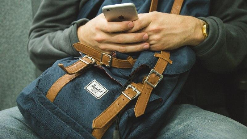 Neli soovitust, kuidas tunda end nagu kohalik. Nutitelefon aitab nii raha lugeda kui ka polüglotti mängida