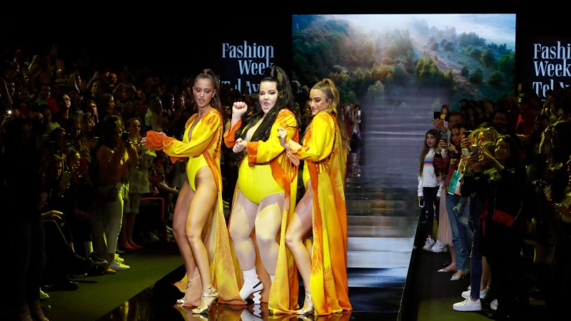ФОТО и ВИДЕО: Нетта Барзилай в ярком купальнике станцевала на модном показе