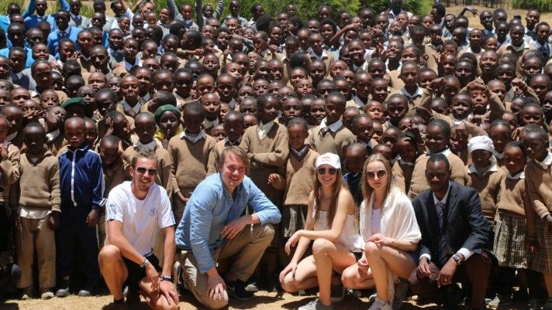 Kelly Sildaru kohtus Keenias 400 kohaliku koolilapsega, vestlust vürtsitas kaasas olnud suusavarustus