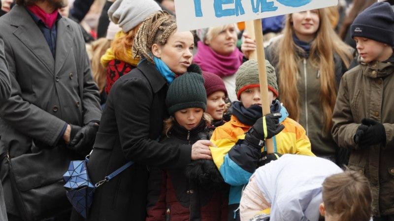 FOTOUUDIS | Lastega Toompeale protestima tulnud Tuuli Roosma: tahan neile uhket tulevikku, mida nad ka kasutada saaks
