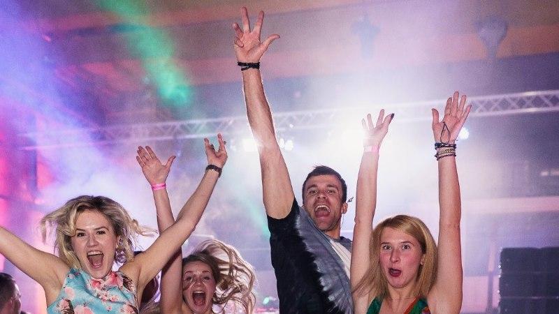 """Галерея: смотри, кто пришел на пляжную вечеринку """"BEACH PARTY 2019"""" в Таллинне"""