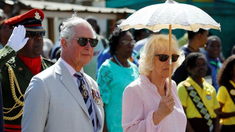 KÕMULISED KLÕPSUD   Prints Charles ja Camilla hiilisid töövisiidi ajal randa päikest võtma