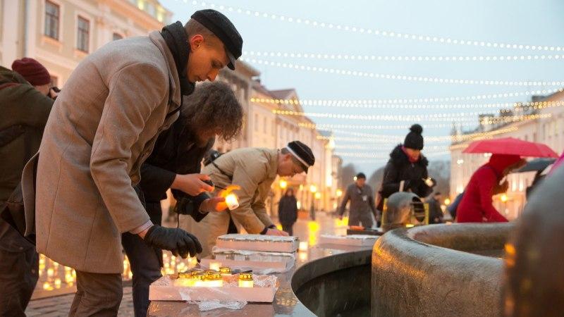 FOTOD | Leinapäev Tartus: Küünaldest moodustub Raeplatsile purskkaevu ümber rist