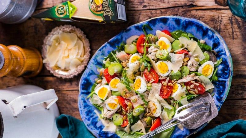 VIDEORETSEPT | Kerge ja kevadine salat soolaka juustuga Tuuli Mathieseni köögist