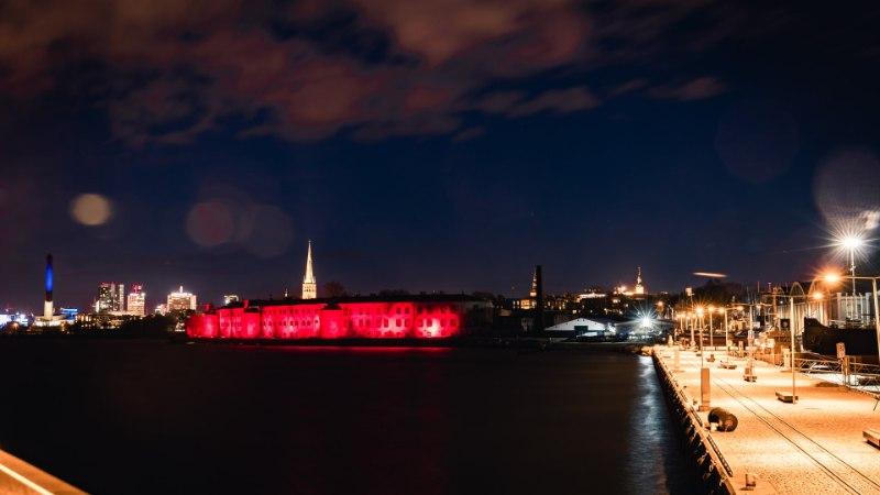 Фото: вчера батарейная тюрьма окрасилась в красный цвет