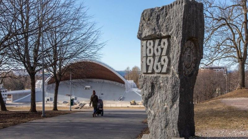 Lauluväljaku laulupidude mälestusmüür katkes aastal 1994 ja võib üldse kaduda