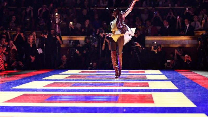 FOTOD JA VIDEO | 70aastane supermodell Grace Jones näitas Pariisi moenädalal kadestamisväärset vormi