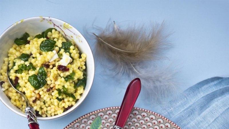Pidulik ja lihtne! Pärlkuskussi salat spinati, jõhvikate ja fetaga