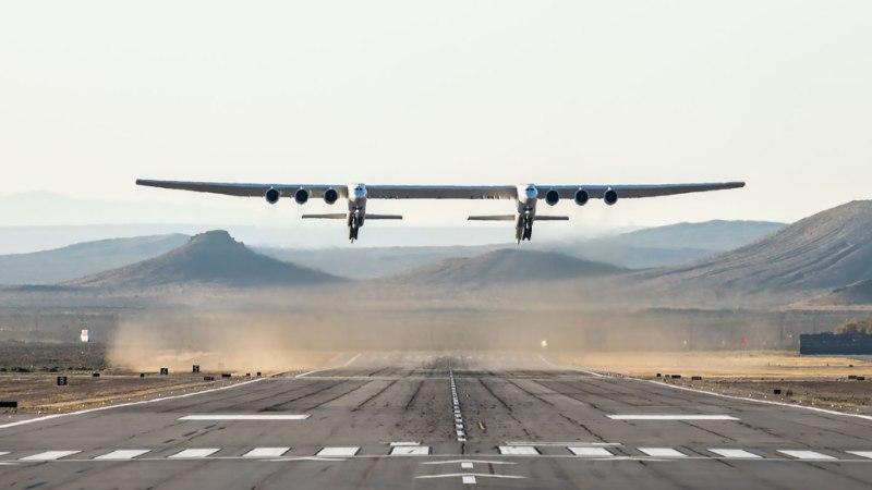 Видео: самый большой самолет в мире совершил первый полет (спойлер: он будет запускать спутники)