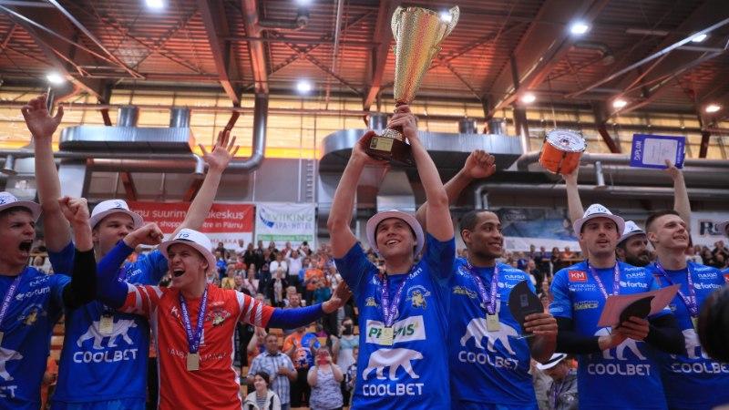 EKRE eeskuju? Pärnu võrkpallurid tähistasid võitu kaabudega