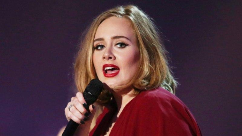Adele'i nähti võõra habemikuga musitamas