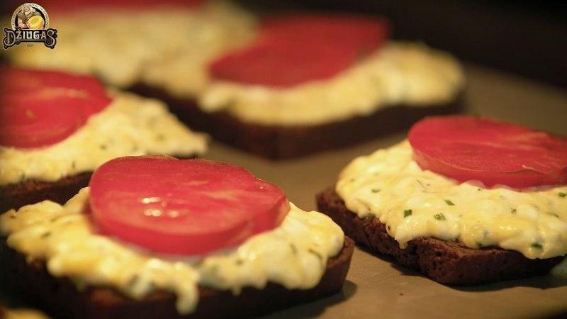 VIDEORETSEPT | Soojad ahjuleivad juustu-kodujuustu kattega