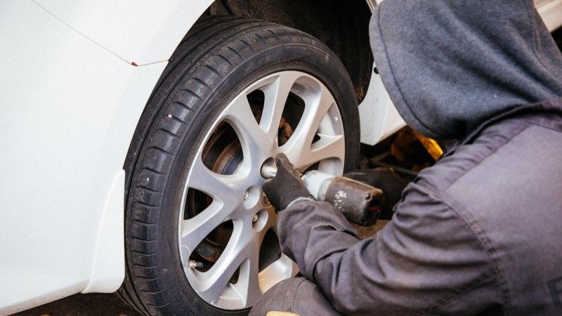 ŠOKEERITUD KLIENT: rehvitöökojas lõhutakse klientide autod lihtsalt ära!