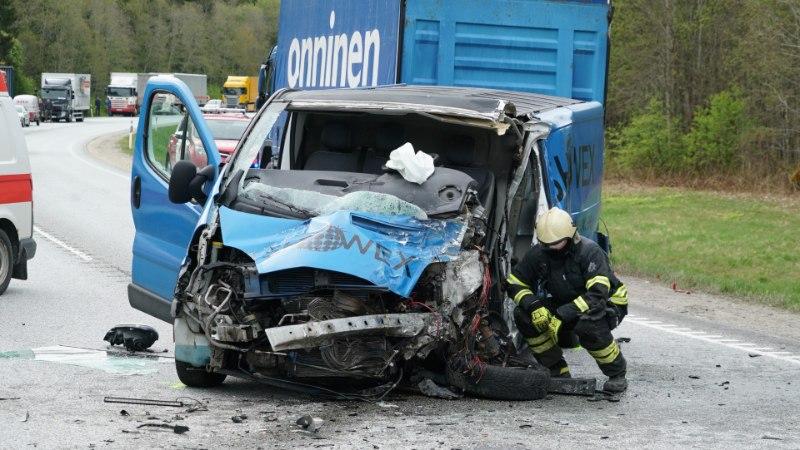 GALERII | Järvamaal hukkus kuue sõiduki ahelavariis noor naine, põhjuseks ebaõnnestunud möödasõit
