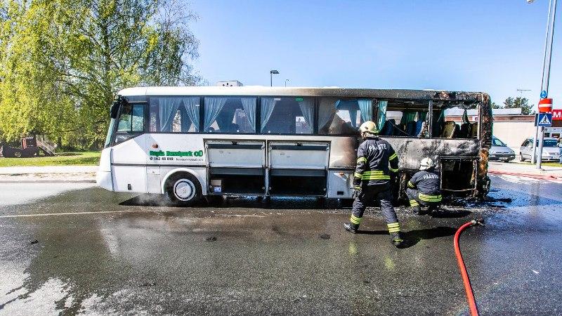 FOTOD | Raplas süttis põlema lasteaialapsi vedanud buss: mõnel mudilasel oli kerge šokk
