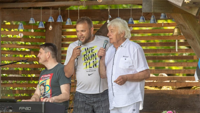 GALERII | EKSKLUSIIVNE KONTSERT KODUÕUEL: Ivo Linna tähistas pulma-aastapäeva musi, kontserdi ja 2000 rattaretkelisega
