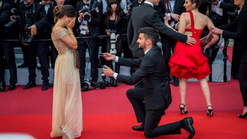 GALERII   ÕL CANNES'IS: uskumatult romantiline! Punasel vaibal tehti abieluettepanek