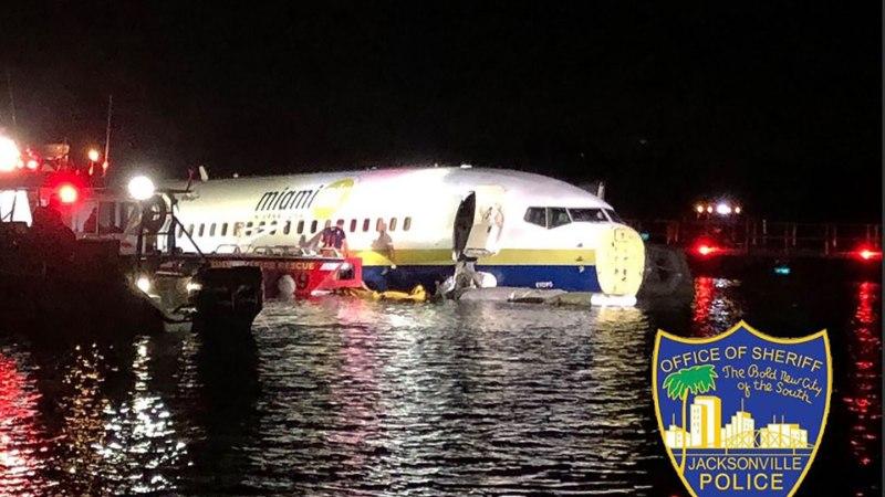 FOTOD    PARDAL 143 INIMEST: USA sõjaväelasi vedanud lennuk põrutas maandumisrajalt jõkke