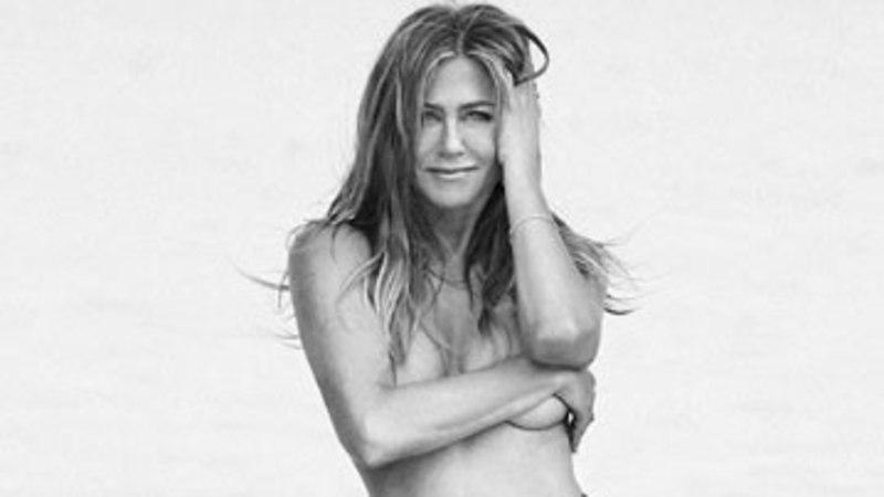 50aastane Jennifer Aniston poseeris paljaste rindadega