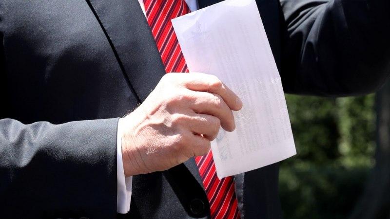 """UPS! Trump lehvitas avalikult """"salajast"""" rändeleppe dokumenti, mille sisu fotograafid jäädvustasid"""