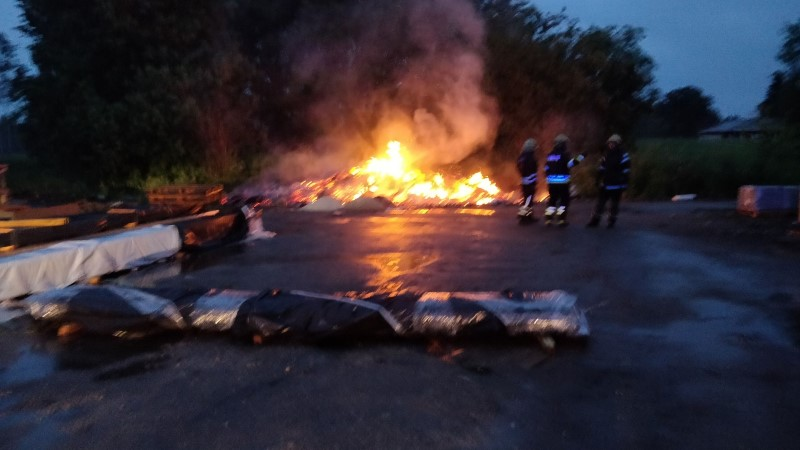 FOTOD | Viljandimaal põles prügihunnik