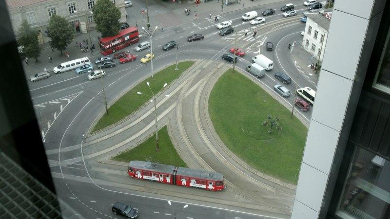 LIIKLUSKAOS TALLINNAS | Jõe tänava sulgemine tekitas megaummiku, tipptunnil tuleb liiklust juhtima mupo