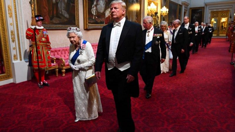 Дональд Трамп трижды оконфузился перед британской королевой Елизаветой II